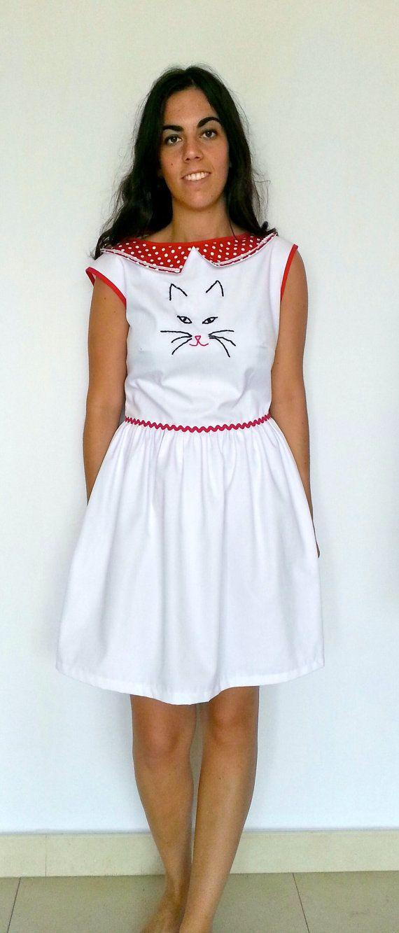 Vestido con cara de gato bordado a mano vestido por LiliyCoco, €52.00