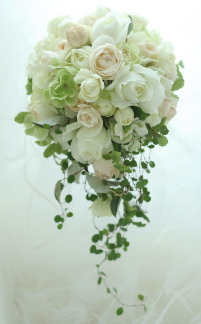 今日、モントレ赤坂にお届けしたセミキャスケードブーケです。白とベージュ、オフホワイト。中央のベージュ色のバラはフェアビアンカ。高いけれど香りがよいので、値...