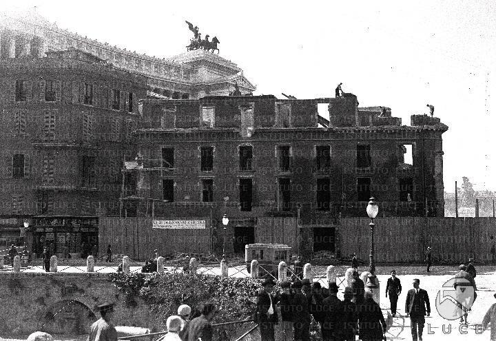 Palazzo Desideri in corso di demolizione, per la realizzazione di Via dei Fori Imperiali Anno: 1931