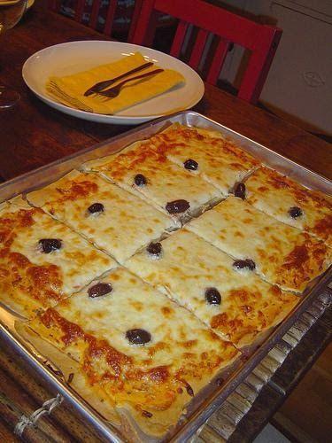 Massa de Pizza de Liquidificador Ingredientes 1 xícara(s) (chá) de leite 1 unidade(s) de ovo 1 colher(es) (chá) de sal 1 colher(es) (chá) de açúcar 1 1/2 xícara(s) (chá) de farinha de trigo 1 colher(es) (sopa) de fermento químico em pó 1 colher(es) (sopa) de margarina  Como fazer Bata todos os ingredientes no liquidificador até borbulhar. Despeje a mistura numa assadeira para pizza, untada. Asse em forno previamente aquecido. Coloque a cobertura de sua preferência. E leve novamentepara...