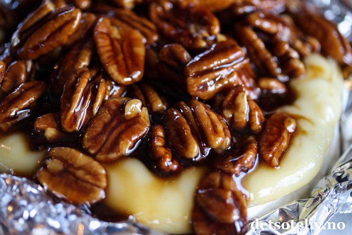 Sponset innlegg. Hei! Lyst på et tips om noe SKIKKELIG GODT??   Ahh, jeg må bare si at dette er noe av det beste jeg har smakt på lenge! Oppskriften på Kahlua Pecan Brie er nokså kjent på utenlandske matblogger og består av en stor rund brie som bakes i ovnen til den er smeltet og flytende inni. På toppen av den bakte osten legger man såen haug pekannøtter som har godgjort seg en stund i en hjemmelaget, varm sirup basert på kaffelikøren Kahlua og brunt sukker. Kombinasjonen varm…