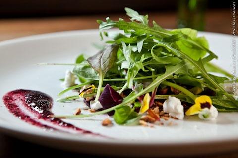Becco 388 (almoço)    Folhas precoces orgânicas, carpaccio de beterraba, queijo de cabra(sitio pedra grande), crocante de amêndoas, vinagrete cítrico de figo