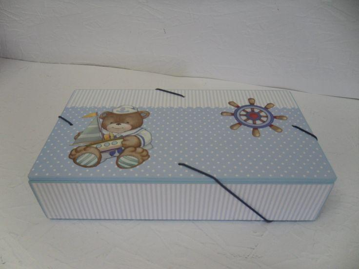 Pasta em MDF com elástico no formato envelope para guardar recordações.