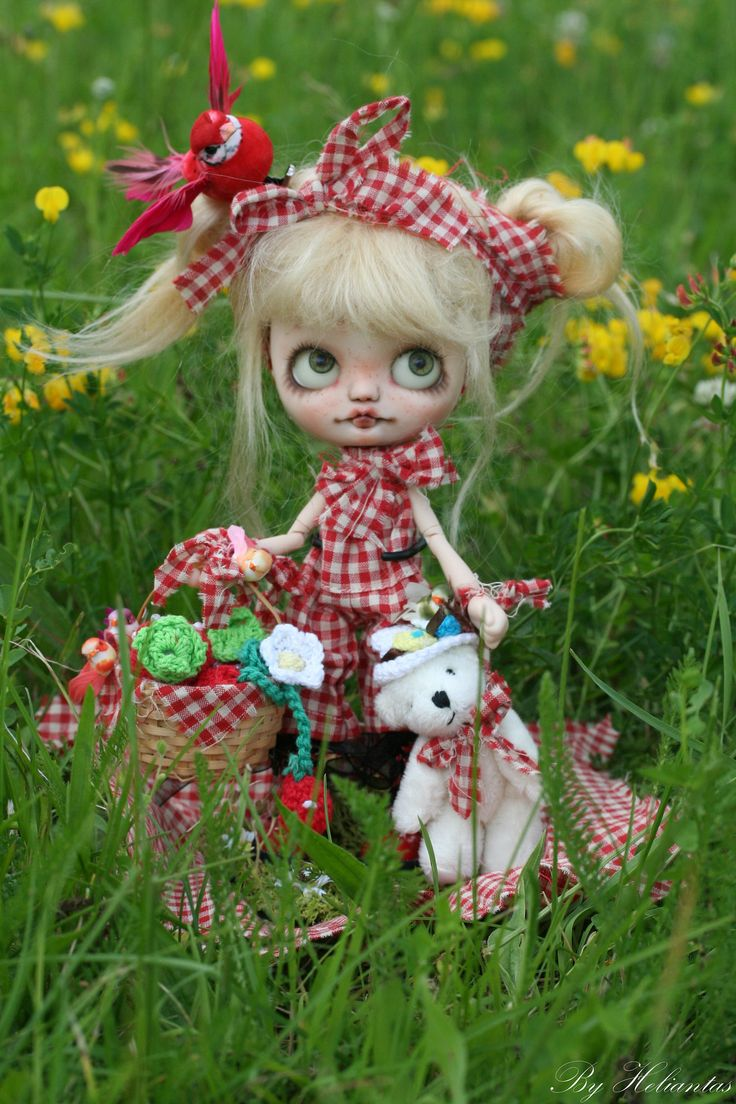 https://flic.kr/p/eUdtyz   Miss Pique-Nique   Miss Pique-Nique OOAK Custom Middie Blythe By Heliantas  Now on €3bay for 3 days only...item number 171064897279  This middie blythe is a Jackie Ramon new from Takara, bought for this customization she will travel in her original box  -she has a new azone 1/12 picconeemo figure body D type (14 cm) -the head has been open carefully and the mouth and the nose have been carved. - I made a new makeup on the faceplate, using pastels and watercolor…