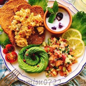サーモンとアボカドのロミロミサラダとカレー卵ブランパン by Misuzuさん | レシピブログ - 料理ブログのレシピ満載! ロミロミサラダはスモークサーモンを細かく刻んで  お野菜とレモン、オイルで和えるハワイ料理です。  きな粉を加えたブランパン とカレー卵を添えてワンプレートに。  オシャレOLさんの朝ごはん のイメー...
