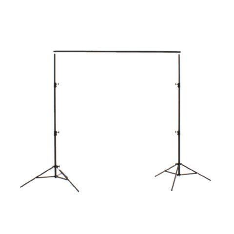 Falcon Eyes Achtergrond Systeem B-7810 250x305 (HxB) voor Doek of Rol  Stevig achtergrondsysteem bestaande uit twee statieven met grote spreidstand en een telescopische dwarsligger met een minimale lengte van 1 meter en een maximale lengte van 305 meter.  Dit systeem kan gebruikt worden in combinatie met zowel een achtergronddoek als ook achtergrond papier en vinyl rollen het is aan te raden om ook de CL-CLIP 3 aan te schaffen (zie optionele accesoires) om zo de rollen of doeken te kunnen…
