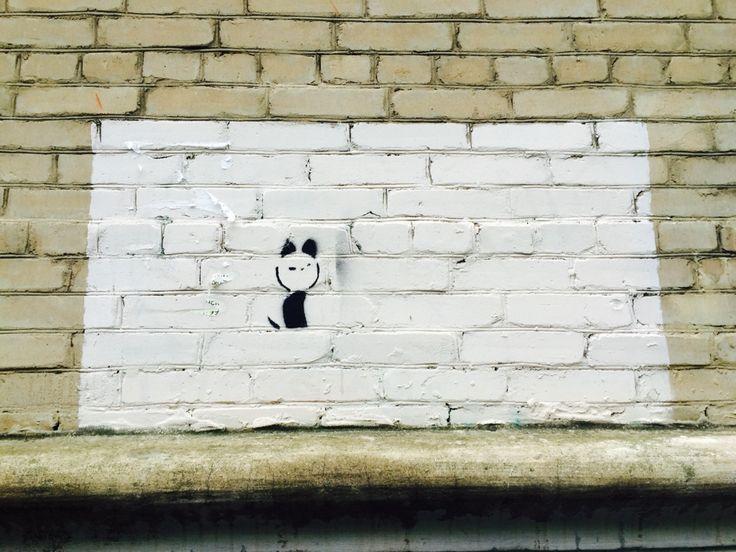 Котенок Гав. Котенка Гава уже очень долгий промежуток времени не закрашивают, хотя именно так поступают с большинством творческих приступов на стенах в центре города. Котенок Гав напоминает людям о детстве.