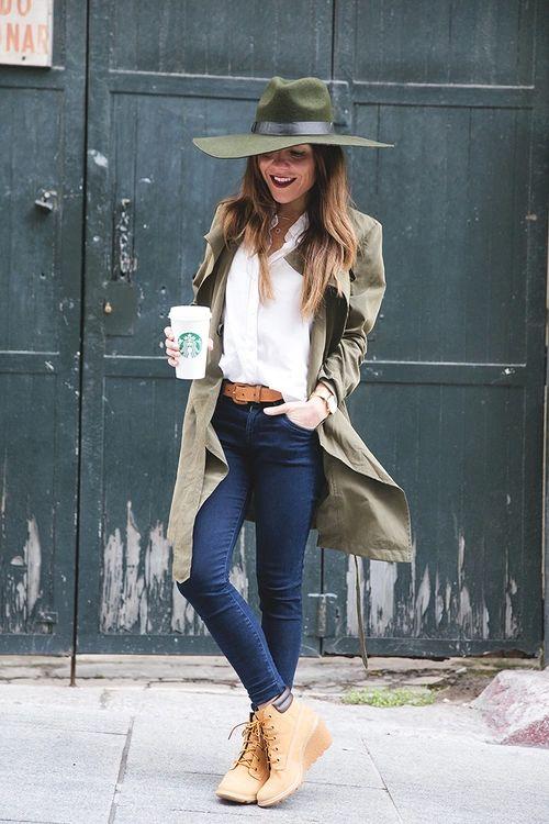 J adore le long manteau vert kaki. Le look un peu armé militaire version chic.  Chapeau vert kaki