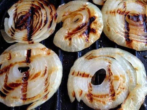 Grilled Onions on a George Foreman Grill– 1.Heat grill. Spray grill (or onions!) with non-stick cooking spray, or brush with olive oil. Lay onion rounds on the grill, close it, and grill for 10-15 minutes.