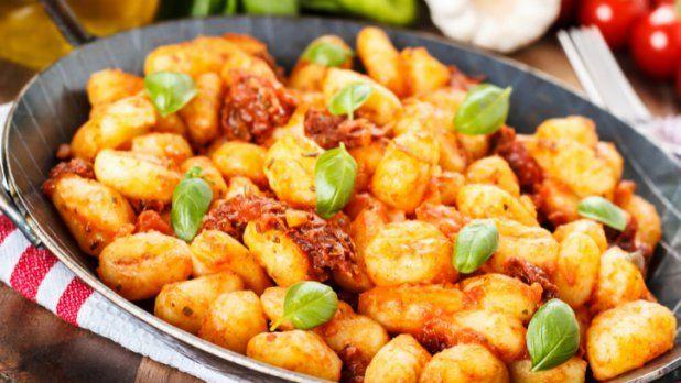 Recepty s gnocchi mohou být velice jednoduché, ale přesto s nimi dokážete okouzlit celou rodinu, přátele i známé. Máme pro vás několik receptů, které rozhodně stojí za to!