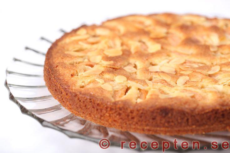 Äppelmazarinkaka - Mycket god äppelmazarinkaka. Mjuk och saftig kaka med äppelbitar och mazarinsmak. God till fikat eller till dessert.