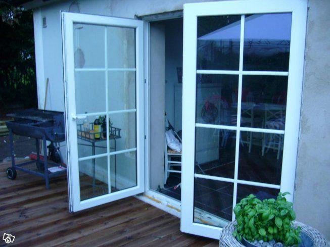 Tyska underhållsfria fönster från ALU-plastkoncernen 2 eller 3-glas isolerruta i femkammarprofil. K-värde från 0,6. U-värde från 0,8. Lutningsläge för vädring. Stort urval av glas, färg och spröjs mm.  Prisförslag inkl. moms Fönster 110x130 2069 kr 2...