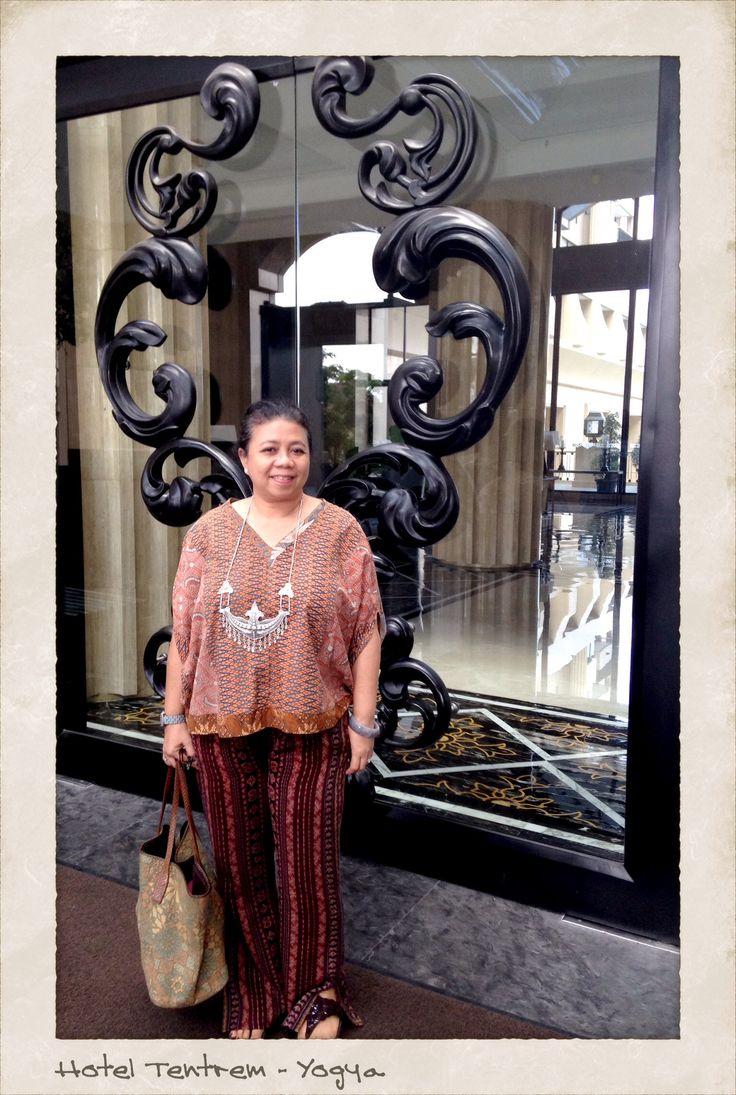 My eclectic style: Vintage Batik blouse, Vintage  Maumere handweave, Water buffalo Batak necklace. Copyrights Vivi Kembang Tanjoeng.