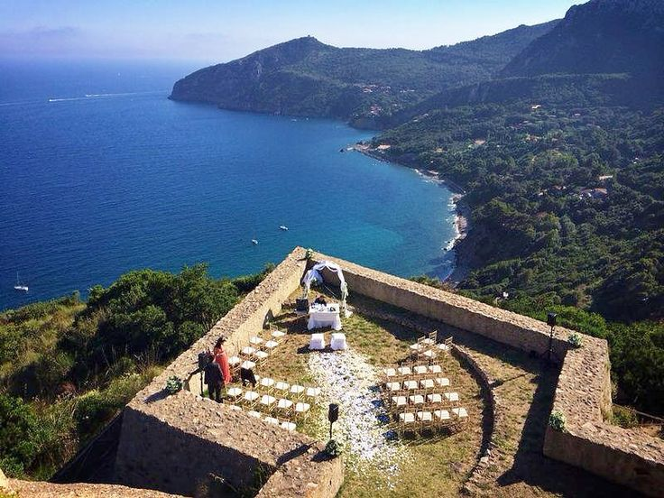 Forte Stella -just before the wedding wedding E&C Real wedding June 2014 Forte Stella Porto Ercole Plan e noleggio allestimenti by DeviSoloDireSi info@weddinginmaremma.com P.s.: da notare la precisione millimetrica dell'allineamento delle sedie!!! Grandioso lo staff di DeviSoloDireSi!!