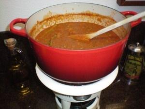 Zo eens in de twee weken maak ik deze zalige basissaus met tomaten en chianti. Je bent er even tijd mee kwijt, maar als je een flinke hoeveelheid maakt kun je