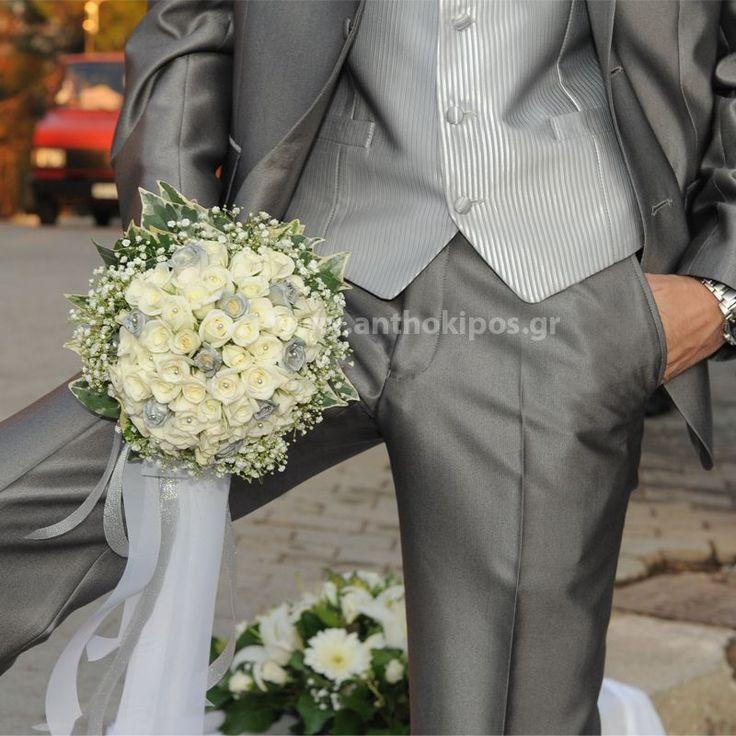 Νυφική Ανθοδέσμη Γάμου , Νυφικό μπουκέτο με ολόφρεσκα λουλούδια ιδανικό για να συμπληρώσει μια ξεχωριστή νύφη. Το πιο σημαντικό μπουκέτο της ζωής σας επιλεγμένο να συμπληρώσει ιδανικά το στυλ του γάμου που έχετε επιλέξει, από μοντέρνο σε κλασσικό ή ρομαντικό. Το πιο όμορφο στολίδι στα χέρια σας.  Ιδιαίτερη νυφική ανθοδέσμη αφού οι αποχρώσεις της είναι σε ασημί χρώμα απόλυτα συνδιασμένη με το κουστούμι του γαμπρού αλλά και με τον υπόλοιπο ανθοστολισμό.