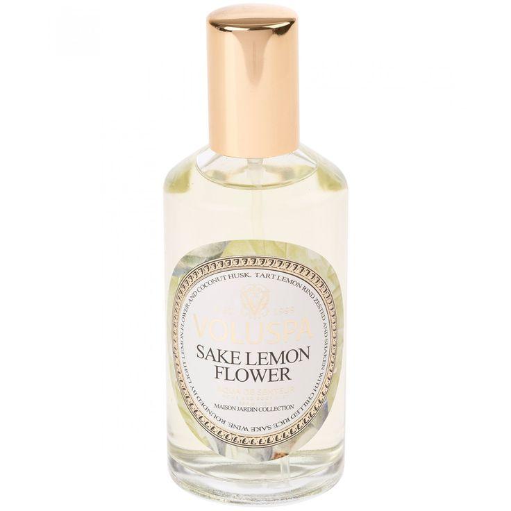 Agua de senteur Voluspa de la colección Maison Jardin con aroma a Sake Lemon Flower; Con notas de corteza acida de limón Sake frío flor de limón y cáscara de coco.