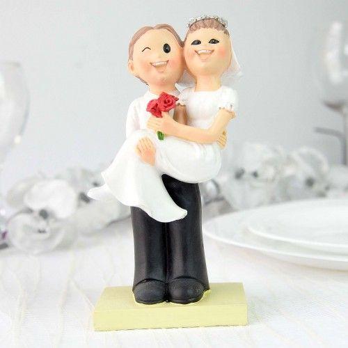 Figurina tort cu mire ce tine mireasa in brate este o figurina placuta ce reprezinta foarte bine si placut personajele principale ale unei nunti. Optand pentru acest obiect nu veti regreta deoarece: este o modalitate originala de a exprima dragostea voastra are un design creat cu stil se potriveste cu orice tema