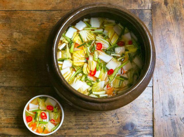 ムルギムチ(水キムチ) - 柳 香姫シェフのレシピ。汁が多く辛みの控えめな、あっさり味のキムチです。 白菜は甘みの強い中側の黄色い部分を使います。大根の葉の内側のやわらかい部分を入れても美味しいです。にんにくとしょうがは、透明な汁が濁らないよう千切りに。 発酵し、酸味がでてきたくらいが食べ頃。汁も一緒に飲みながらいただきます。