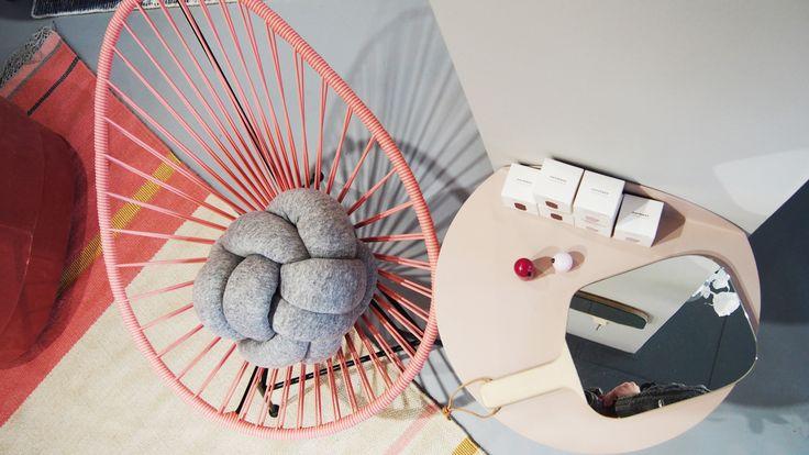 Różowy fotel Acapulco Mini w towarzystwie dodatków Normann Copenhagen i dywanu Linie Design Metallum Powder