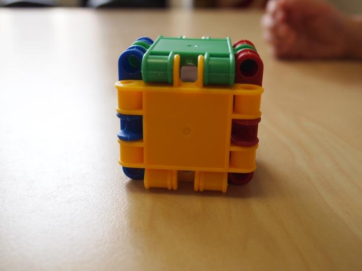 Color dice made with clics - Gooi met de dobbelsteen, de kleur die boven ligt wordt in de ruimte gezocht.