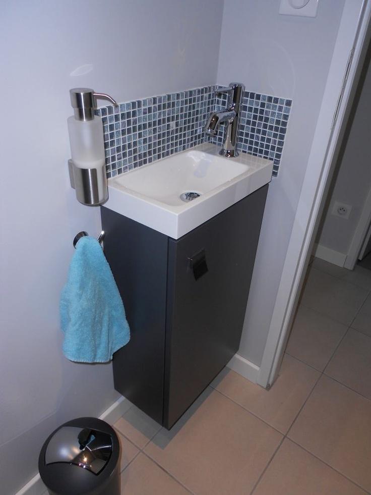 Bonne idée d'accrocher au mur le support à savon et le support serviette, mettre de la mosaique ou autre devent le robinet très bien pour les éclaboussures