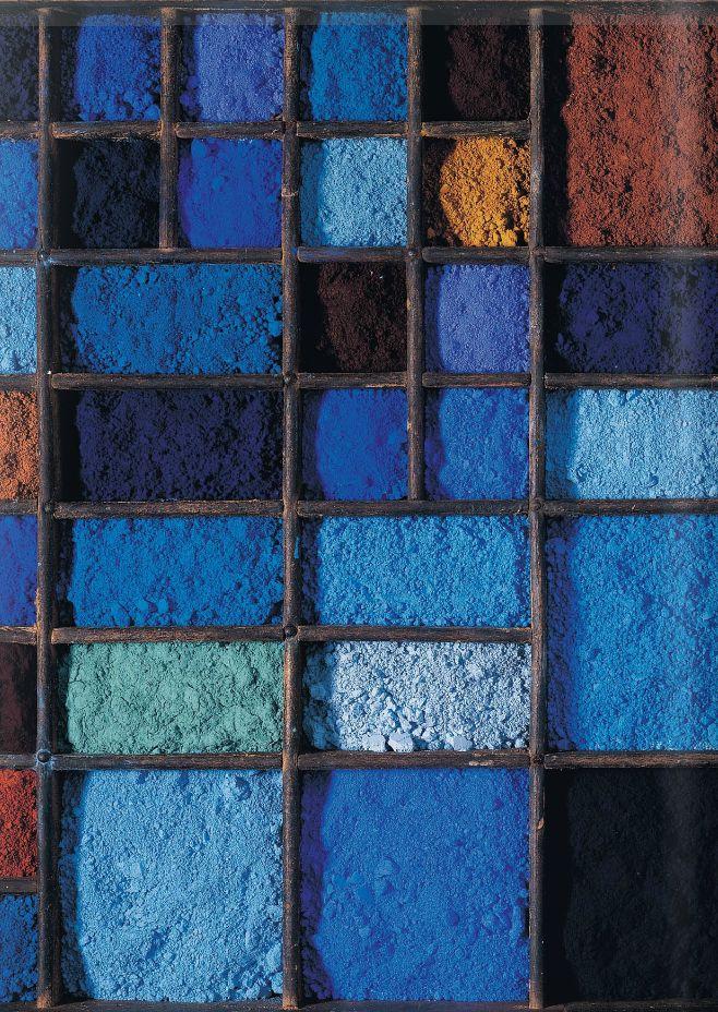 Bleus azur, ciel, indigo, et des touches de brun.                                                                                                                                                      More