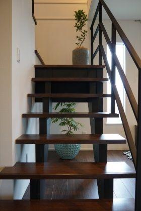階段は玄関を入ってすぐ。 解放感のあるストリップ階段を採用しました。