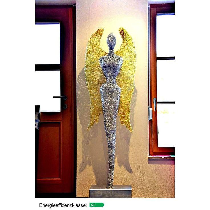 Design Skulptur - Engel mit Goldflügel.   Die einzigartigen von Hand gefertigten Skulpturen sind jede für sich ein individuelles Kunstobjekt, welches im Mittelpunkt für ein anspruchsvolles Ambiente steht.