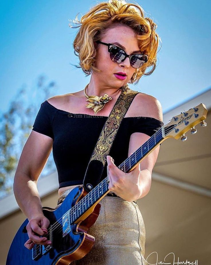 Pin by Gratio on Bass | Female guitarist, Guitar girl
