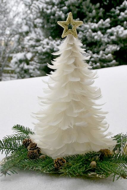 Feather Christmas tree tutorial. Instructions are in polish but the photos alone are descriptive enough.