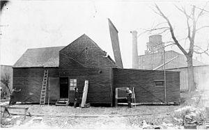 """Ensimäinen elokuvastudio: 1893, Edison's Black Maria, kiskoilla liikuteltava """"musta maija"""", valo sisään kattoluukusta (jatkossa studiot lasirakennuksia, kasvihuonemallisia, valon vuoksi)"""