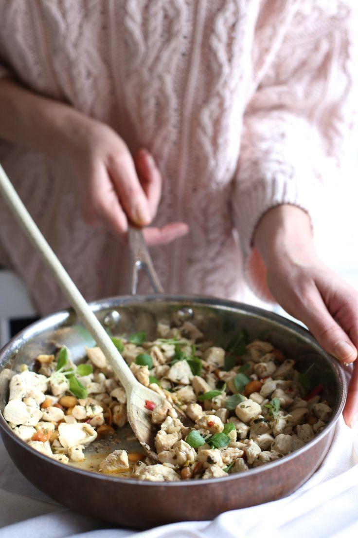 Do potraw z kurczakiem nie mam zbytniej słabości. Ilekroć go jednak przygotowuję, to staram się by w końcowym efekcie mięso było bardzo soczyste i w towarzystwie świeżych ziół i warzyw. Cienko pokrojona surowa cukinia sprawia, że danie jest lekkie a sok z cytryny delikatnie marynuje mięso. Dodatki w postaci makaronu lub ryżu są już zbędne – polecam jednak dorzucić połówki dojrzałych pomidorów koktajlowych.  Skład: (przepis dla 3 -4 osób) 2 średnie cukinie 1 pierś kurczaka (podwójna) 1 ...
