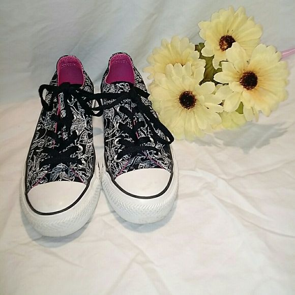 24 hr sale!!! Womens Converse Women's size 6, too small for me. Worn twice. Very clean. Great condition. Converse Shoes Sneakers