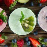 Un batido refrescante compuesto por varias frutas tropicales, que en combinación tiene propiedades digestivas estupendas al mismo tiempo que te brinda una estupenda combinación de sabores ideales para el disfrute de tus papilas gustativas y tu cintura te lo agradecerá. El agua de coco es un excel…