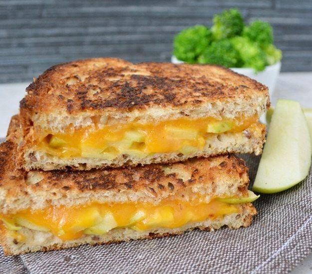Empieza el día con un sándwich de queso cheddar a la parrilla y cachitos de manzana fresca. | 16 Sándwiches de desayuno que no te tomarán nada de tiempo