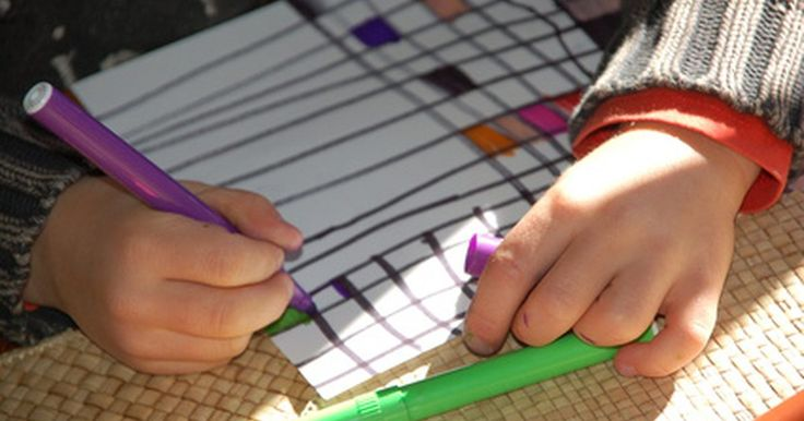 Atividades de arte pré-escolar livre. A arte na infância ajuda a desenvolver a criatividade enquanto trabalha os pequenos músculos motores que ajudam as crianças a aprenderem a escrever e a realizarem outras funções acadêmicas. O envolvimento na arte ajuda as crianças a explorarem e aprenderem fazendo. Embora projetos de artesanato consigam estas metas, artes livres abrem um novo ...