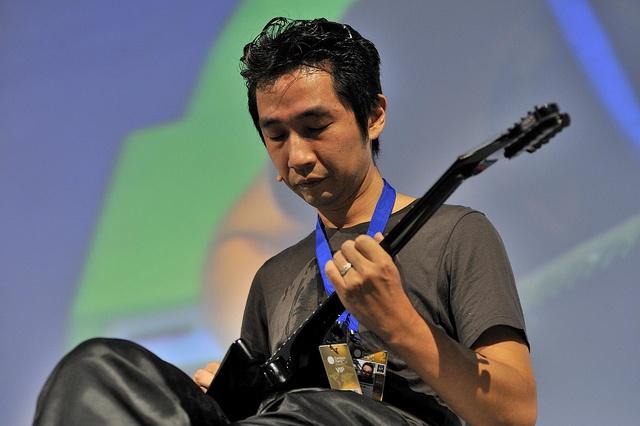 Contenido estelar - Akira Yamaoka     Músico y compositor de destacadas bandas sonoras para videojuegos. Mayormente conocido por su trabajo en la serie de videojuegos de Silent Hill, de la cual ha compuesto la banda sonora y efectos de sonido. Durante años perteneció a las filas de Konami, para posteriormente unirse a la compañía desarrolladora de videojuegos Grasshopper Manufacture. http://campuse.ro/zrjq3B