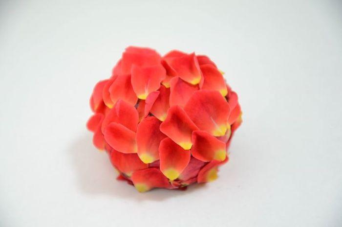 菓銘「心を込めて花束を」・・お友達の誕生祝に作ったのよね。自家製粒あんを包み込むローズペタルのアロマの香りが素敵。 ローズは女性ホルモンのバランスを整え、お肌をしとやかに輝かせてくれるのです♪