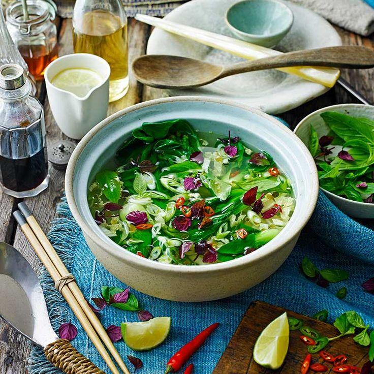 Een lichte kleurrijke soep met Oosterse smaken en veel verse ingredienten zoals paksoi en Chinese kool. Maak 'm op een doordeweekse avond of serveer als voorgerecht. 1Plet het citroengras met eendeegroller tot het openbarst...