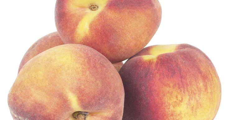 ¿Qué frutas van bien con los duraznos?. Comerse un durazno sólo es agradable por su dulce sabor. No obstante, la fruta puede ponerse en ensaladas, cócteles u otros platillos que contienen otras frutas. Sé cuidadoso cuando decidas qué frutas combinar con el durazno. No todos los tipos de frutas se licuan bien con el distintivo sabor del durazno. Otras frutas son similares al durazno o ...