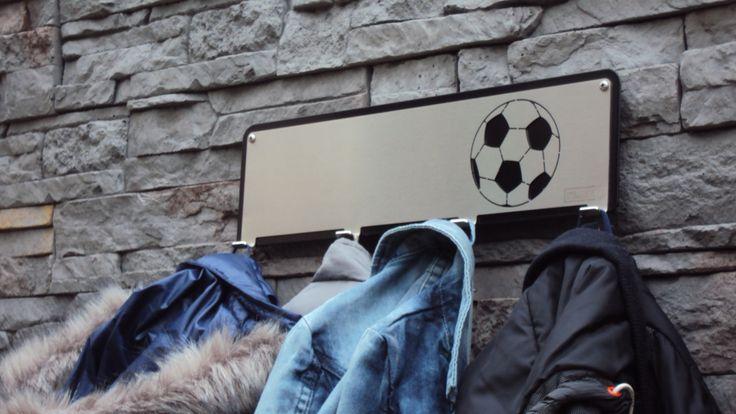 Kinderkapstokken van FrakkZ uitgevoerd in RVS. Kapstok met daarop afbeeldingen die kinderen aanspreken,zoals een voetbal, een racewagen of een prinses.
