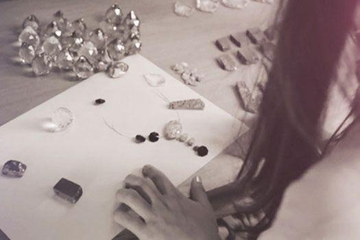 Somos una marca de joyas creada en el año 2013.Utilizamos elementos únicos para que cada diseño sea enriquecido con exclusivos detalles que permitan hacer de cada pieza una verdadera obra de arte. Es así como el CRISTAL STRASS se une a piedras naturales y metales preciosos para dar vida a un objeto cargado de fantasía…