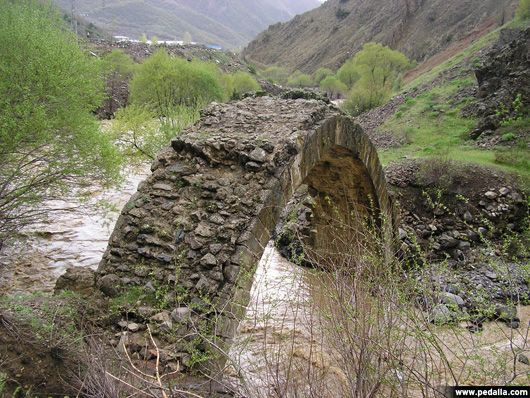 Türkiye - Hanım Köprüsü-TUNCELİ//Tunceli-Pülümür Karayolu üzerinde yolun üst kısımlarında yer alan ve Gelin Odaları olarak adlandırılan mağaraların, Urartular döneminde burada yaşayan insanlar tarafından kayaların oyularak oda haline getirildiği ve bu odalarda yaşadıkları sanılmaktadır. Pülümür çayı üzerinde kurulu bulunan Hatun Köprüsünün yazılı bir bilgisi olmamasına karşın Selçuklular dönemine ait bir yapı olduğu tahmin edilmektedir. İlçede halk tarafından kutsal sayılan Büyük Çeşme…
