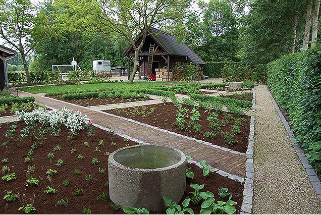 Een landelijke tuin Structuur in een landelijk gebied, voor een puur landelijke uitstraling. Grondwerk, vormgeving en ruimtelijk inzicht vormt een prachtige landelijke uitstraling. Een keuze van materiaalgebruik is essentieel hierin.