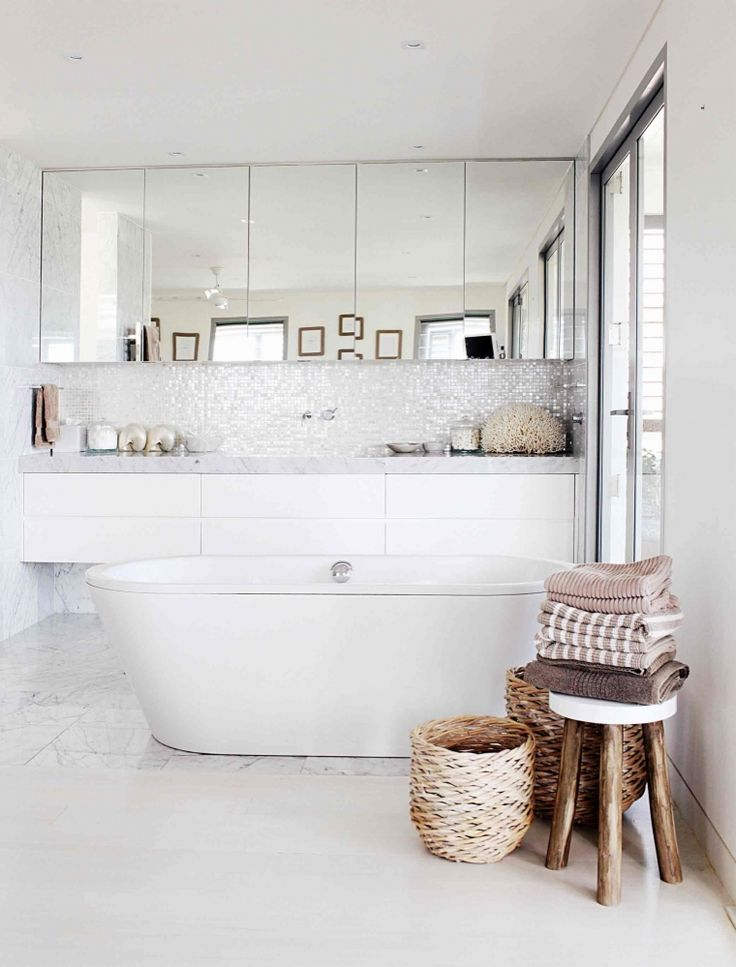 ♥ my dream bathroom......beautiful reflective surfaces....would look amazing with candlelight.