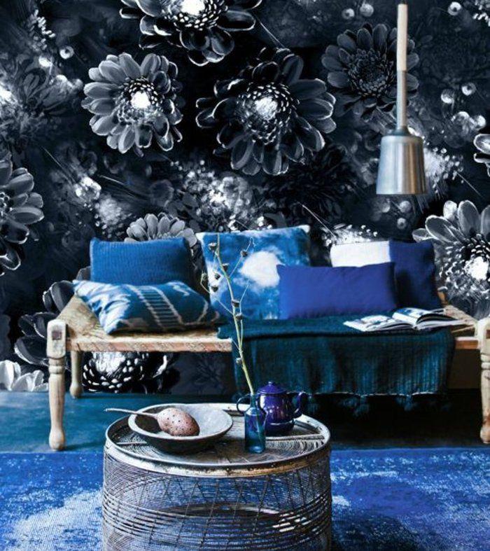 banc en bois, papier peint à motisf fleurs sombres, couleur indigo foncé, tapis et coussins bleu indigo, banc en bois, table basse vintage