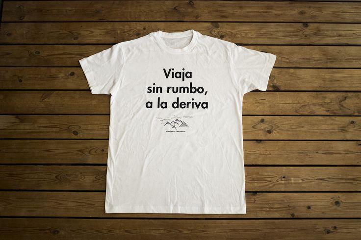 CAMISETA «VIAJA SIN RUMBO, A LA DERIVA»  Camiseta del Manifiesto derivásico (nuestra particular filosofía viajera), cuyos ideales incitan a viajar de una forma más consciente, responsable y emocionante.  Camiseta 100% de algodón con modelos de hombre y mujer.  Precio: 7.95 EUR Haz tu pedido aquí: http://derivasia-store.com/product/camiseta-viaja-sin-rumbo-a-la-deriva