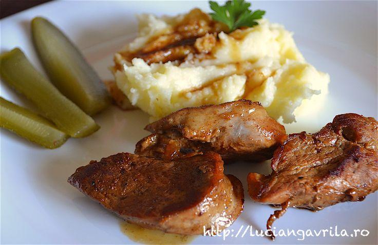 Mușchiuleț de porc, sos Chardonnay, piure clasic de carofi și castraveț covăsiți