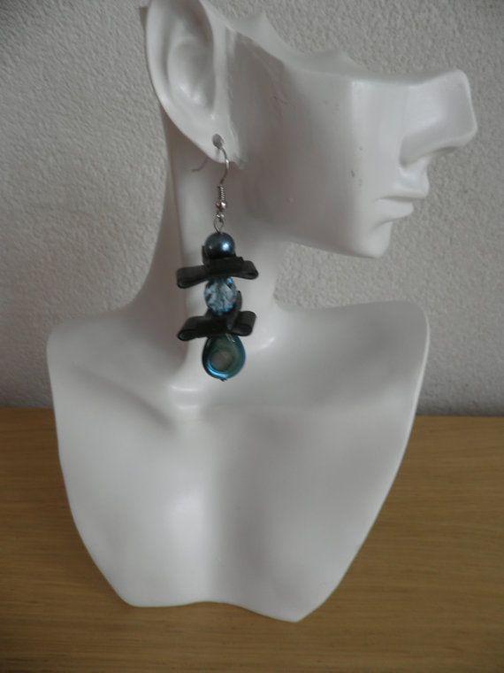 Blauwe oorbellen.Oorbel van zwart rubber met blauwe door assieshop